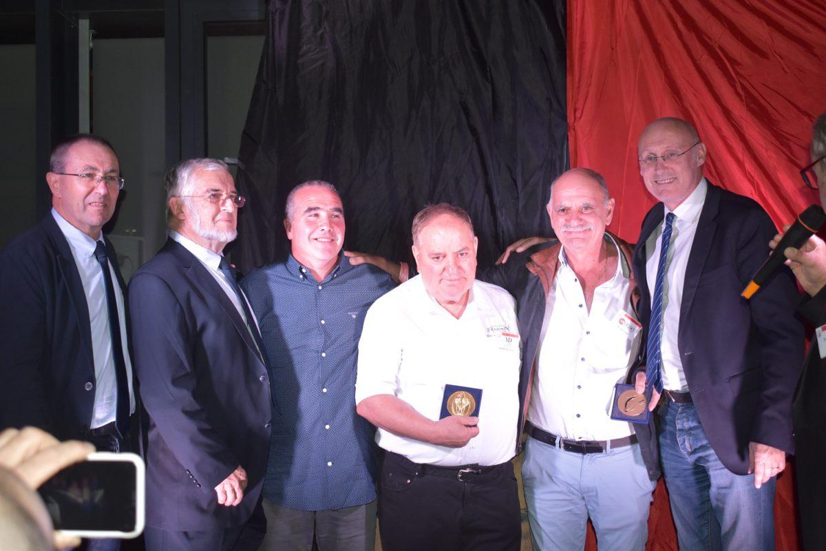Bernard Laporte remet les médailles de la FFR à Dany et Jean Pierre Delmas